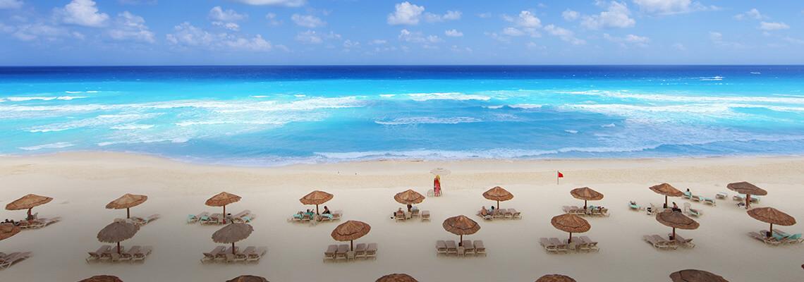 Sillas y sombrillas en una playa en Cancún, México