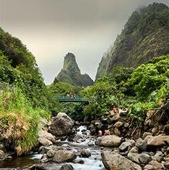 El río entre las montañas en Hilo.