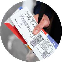 Un pase para abordar y un portaboleto de Southwest Airlines