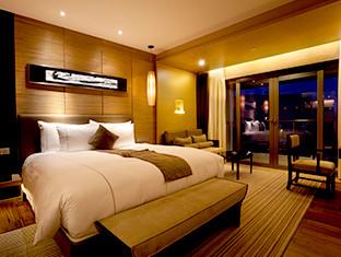 Habitación de hotel de lujo con una cama grande y una vista fabulosa.