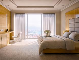 Habitación de hotel cálida y acogedora con una cama grande y una vista fabulosa.