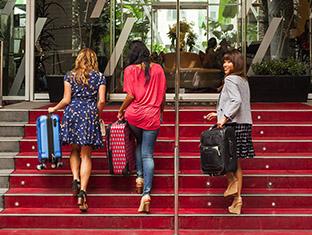 Tres mujeres subiendo las escaleras de un hotel