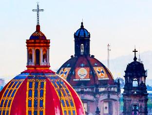 Techos de iglesias bonitos y coloridos iluminan la vista de la Ciudad de México