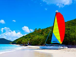 Un velero en la orilla de una playa
