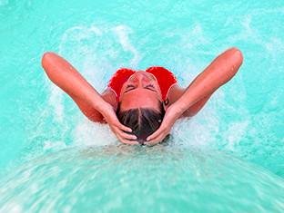 una mujer relajándose en el agua