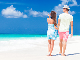 Una pareja junta en la playa