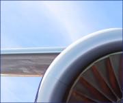 Toma en primer plano del motor de un avión de Southwest.