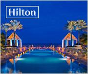 La piscina de un hotel Hilton por la noche