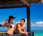 Un hombre y una mujer de vacaciones en el Caribe