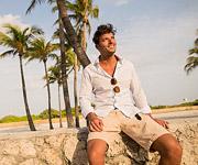 Un hombre descansando en la playa