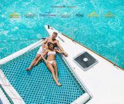 Una pareja tomando sol en un bote.