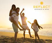 Una familia divirtiéndose en la playa al atardecer