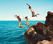 Grupo de personas saltando de un acantilado