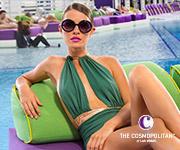 Una mujer en una silla en la piscina.