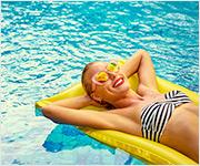 Una mujer flotando en una piscina